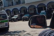 La pima auto dell'autodifesa entra a Los Reyes. L'ultima volta che hanno provato l'impresa sono stati massacrati dai templari, loro erano disarmati.