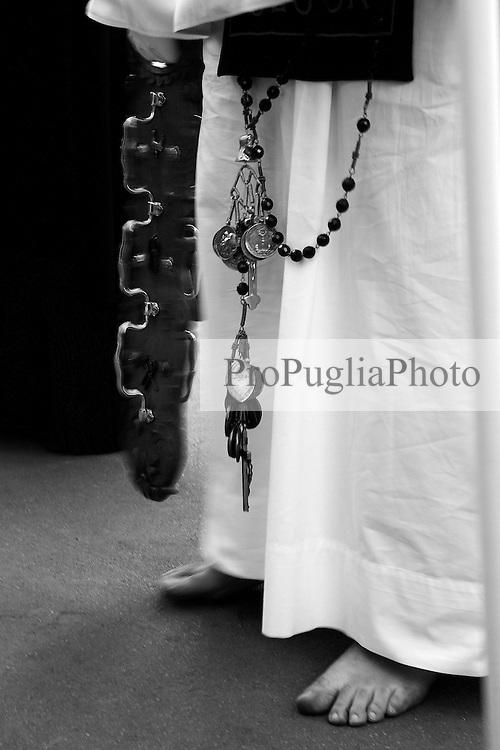"""I riti della Settimana Santa a Taranto,  troccolante con il tipico strumento detto """"troccola""""che da inizio alla Processione dei Misteri."""