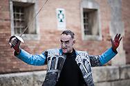 """In scena nel carcere di Volterra, lo spettacolo coi detenuti attori della compania della Fortezza, """"Romeo e Giulietta - Mercuzio non vuole morire"""" di W. Shakespeare, regia Armando Punzo. Un attore detenuto all'interno del penitenziario dove si è svolta una parte dello spettacolo del 2011"""