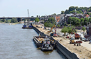 Nederland, Nijmegen, 8-7-2013Werkzaamheden om de damwand van de Waalkade te vervangen. De damwand die de kade tegenhoudt is  aan het verzakken. De waterkering wordt ondergraven door wegspoelend zand. Hij is uit positie en dus instabiel. De kade is afgezet en er mogen geen schepen aanlegen. De waterkering dateert van 1980, 1981. Ook het drukke scheepvaartverkeer op de Waal zorgt voor een zware belasting.Foto: Flip Franssen/Hollandse Hoogte