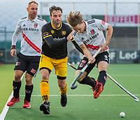 AMSTELVEEN -  Sebastian Dockier (Den Bosch) (m) in duel met Rik van Kan (Adam)  tijdens de competitie hoofdklasse hockeywedstrijd mannen, Amsterdam- Den Bosch (2-3).  links Teun Rohof (Adam) .  COPYRIGHT KOEN SUYK