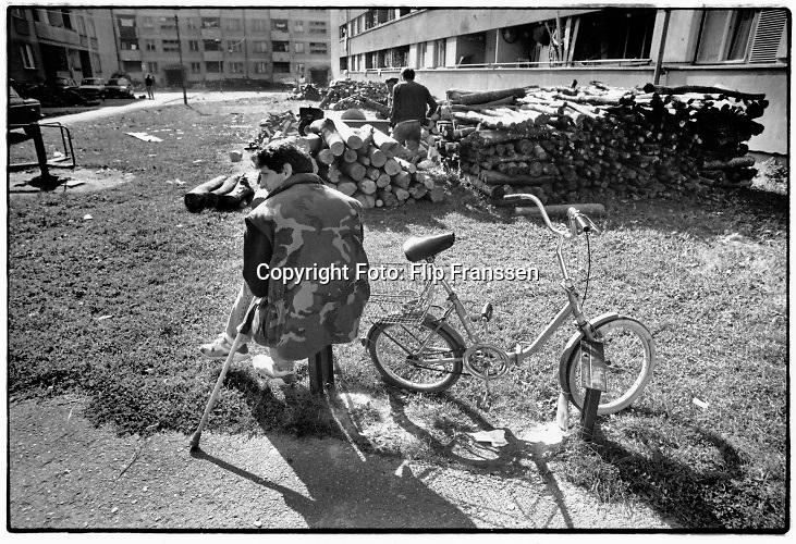 Voormalig Joegoslavie,  Bosnie, Bihac, 20-10-1995 De Bosniers hebben enkele weken eerder met succes een offensief tegen de serven uitgevoerd en de enclave is uit de omsingeling gebroken .  Straatbeeld van het 3 jaar omsingelde en belegerde stadje. De oorlog en het uiteen vallen van voormalig Joegoslavie.  Foto: ANP/ Hollandse Hoogte/ Flip Franssen