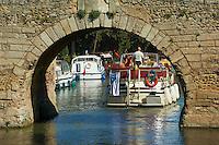 France, Aude (11), Le Somail, Canal du Midi, classé Patrimoine Mondial de l'UNESCO, port fluviale, pont Saint Marcel construit en 1773 // France, Languedoc-Roussillon, Aude (11), city of Le Somail, Canal du Midi, river harbour, Saint Marcel bridge