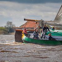 Skûtsjesilen Langwar zaterdag 16 april 2016. De wedstrijden werden afgelast. Eén skûtsje waagde zich op het water. Bas Krom met skûtsje de Verwisseling.