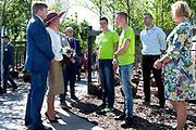 Koning Willem-Alexander en koningin Maxima bezoeken het Tree Centre Opheusden tijdens het streekbezoek aan de Betuwe. <br /> <br /> King Willem-Alexander and Queen Maxima visit the Opheusden Tree Center during the regional visit to the Betuwe.