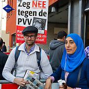 Amsterdam, 29-03-2014. De politie van het bureau aan het August Allebéplein in Amsterdam Nieuw-West stond klaar voor honderden mensen die aangifte willen doen wegens discriminatie tegen PVV-leider Geert Wilders. De politie heeft extra balies ingericht en extra agenten ingezet om alle aangiftes op te nemen en om de actie rustig te laten verlopen.Die voorbereidingen werden getroffen naar aanleiding van een oproep op Facebook, onder de noemer Amsterdam doet aangifte tegen Geert Wilders. Inmiddels hebben zo'n 500 mensen op het medium aangegeven inderdaad aangifte te zullen doen. Dinsdag trok een vergelijkbare oproep van het Nijmeegse gemeentebestuur ruim 500 aangevers. Die moesten urenlang in de rij staan om een formulier in te leveren. Alle personen op de foto hebben toestemming verleend.