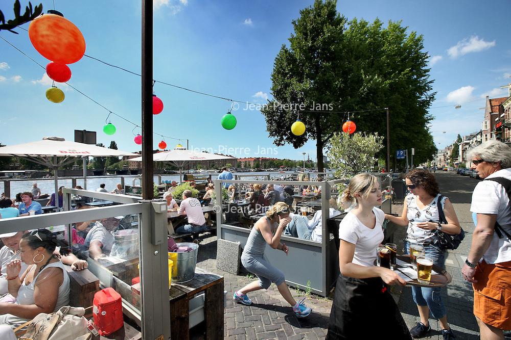 Nederland, Amsterdam , 18 juli 2010..Terras van cafe Hesp aan de Amstel..The sunniest terraces of Amsterdam