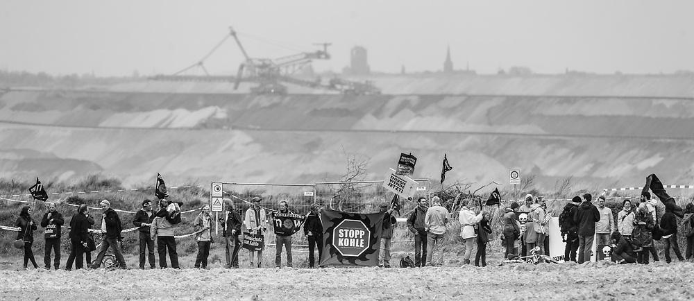 Garzweiler, DEU, Germany, 25.04.2015<br /> <br /> Anti-Kohle-Kette, Protestaktion gegen die Kohleverstromung am Tagebau Garzweiler<br /> <br /> human chain against coal mining at Garzweiler surface mine<br /> <br /> Foto: Bernd Lauter/berndlauter.com