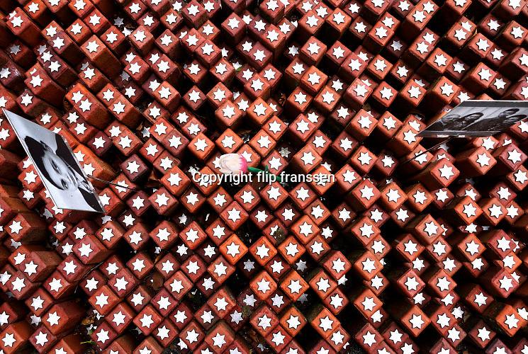 Nederland, Westerbork, 27-10-2012 Herinneringscentrum, nationaal monument kamp Westerbork bij Hooghalen. Rode stenen symboliseren de 102.000 mensen die er gevangen hebben gezeten in de 2e, tweede wereldoorlog. Van hier werden de joden, Roma, Sinti, zigeuners, gevangenen op transport gezet en per trein naar de vernietigingskampen, concentratiekampen, van de Duitsers vervoerd. Het Vredespaleis in Den Haag en herinneringscentrum Kamp Westerbork hebben het Europees Erfgoed label. Foto: Flip Franssen