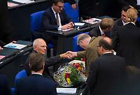 DEU, Deutschland, Germany, Berlin, 24.10.2017: Alexander Gauland (AfD) gratuliert Dr. Wolfgang Schäuble (CDU) nach der Wahl zum Bundestagspräsidenten. Konstituierende Sitzung des 19. Deutschen Bundestags mit Wahl des Bundestagspräsidenten.