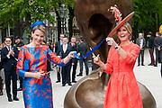 Koningin Máxima en koningin Mathilde van België openen de beeldententoonstelling Den Haag Sculptuur op het Lange Voorhout. In de openlucht tentoonstelling 'Vormidable' staan kunstwerken van gevestigde en opkomende Vlaamse kunstenaars, wordt twintig jaar culturele samenwerking tussen Nedeland en België gevierd.<br /> <br /> <br /> Queen Maxima and Queen Mathilde of Belgium opened the sculpture exhibition The Hague Sculpture on the Lange Voorhout. In the outdoor exhibition Vormidable 'are works by established and emerging Flemish artists, celebrates twenty years of cultural cooperation between the laws of the Netherlands and Belgium.<br /> <br /> Op de foto / On the photo:  Koningin Máxima en koningin Mathilde verrichten de officiele opening  ////  Queen Maxima and Queen Mathildeperform the official opening