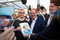 Erfurt, 03.09.2021: Wahlkampfveranstaltung der CDU mit Armin Laschet, Kanzlerkandidat und CDU-Bundesvorsitzender, auf dem Anger in Erfurt. Ein Jugendlicher überreicht Laschet vor der Abfahrt ein selbstgezeichnetes Portrait von Bundeskanzlerin Angela Merkel, das er der Kanzlerin bitte überbringen soll.