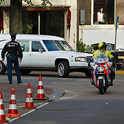 NLD/Amsterdam/20101012 - Herdenkingsdienst overleden Antonie Kamerling, aankomst rouwauto