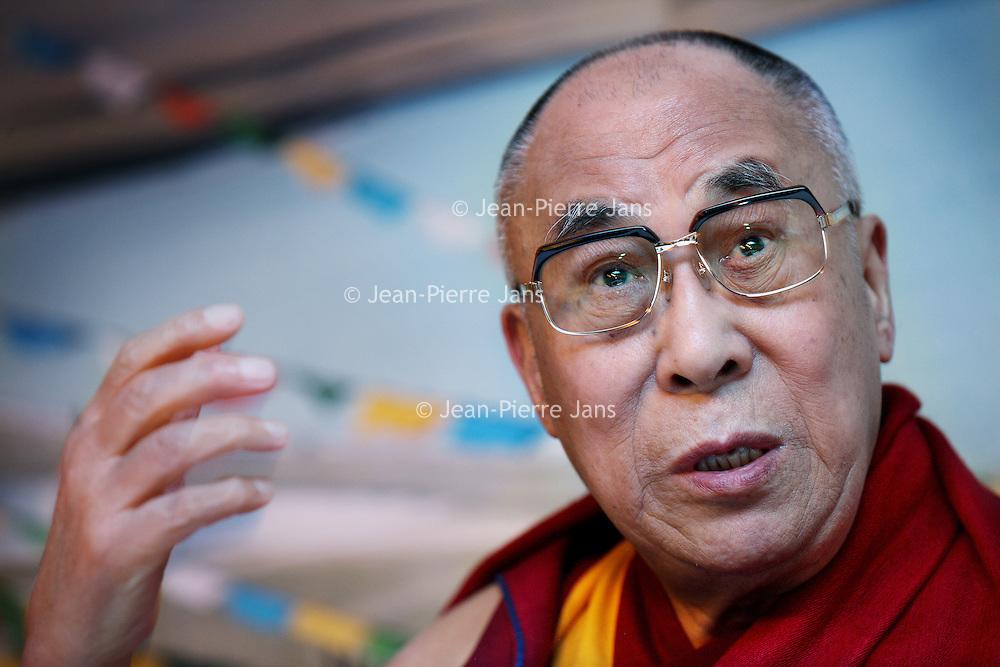 Nederland, Amsterdam , 10 mei 2014.<br /> Bezoek Dala Lama in Nederland.<br /> De dalai lama is aangekomen op Schiphol voor een driedaags bezoek aan Nederland. De geestelijk leider van Tibet is hier op uitnodiging van de Stichting Bezoek Dalai Lama om uitleg te geven over de boeddhistische leer.<br /> China is niet blij met het bezoek.  <br /> De dalai lama is somber over de mensenrechtensituatie in Tibet. Volgens de spiritueel leider is die verslechterd sinds zijn laatste bezoek aan Nederland in 2009. Er heerst een klimaat van angst in Tibet, zei hij tijdens een persconferentie op de luchthaven.<br /> Op de foto: Dalai Lama samen met politica en tv-presentatrice Erica Terpstra. Erica Terpstra tijdens persconferentie op Schiphol<br /> Visit of the Dalai Lama in the Netherlands <br /> The Dalai Lama at a press conference  at Schiphol airport. He has arrived for a three-day visit to the Netherlands. China is not amused.