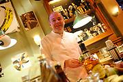 De complete lijst van de Radio 2 Top 2000 is bekend gemaakt in een speciale uitzending van het Radio 2-programma 'Tijd voor Twee Proeflokaal' van Frits Spits van 12.00 tot 14.00 uur in het Top 2000 cafe in beeld en geluid, Hilversum<br /> <br /> Op de foto:  het Top 2000 cafe met bio kok Eric van Veluwen