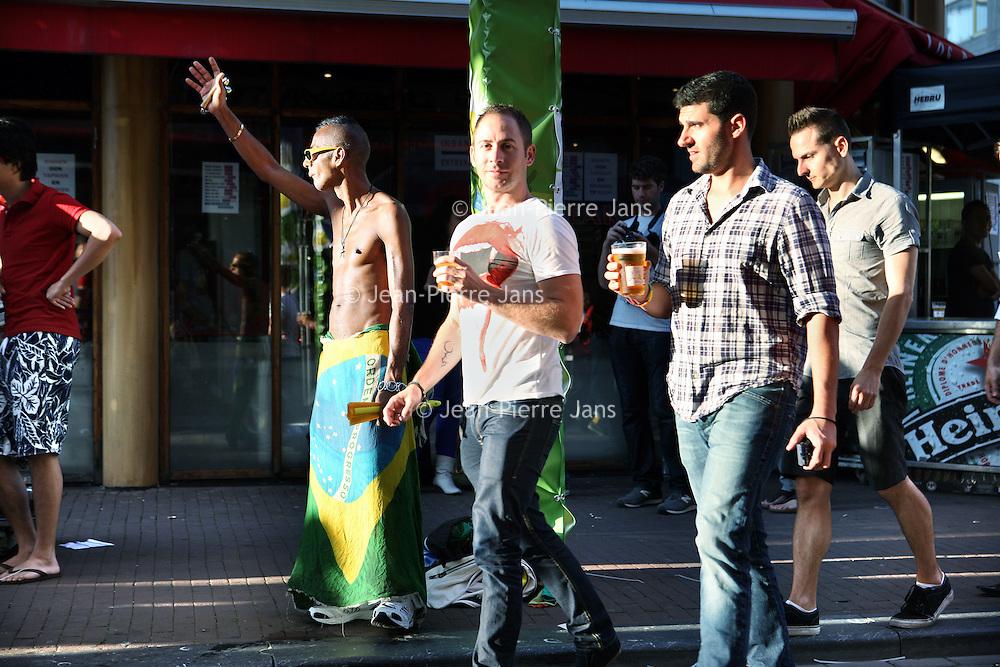 Nederland, Amsterdam , 5 augustus 2011..Feestende en bier drinkende  homo's in de Reguliersdwarsstraat tijdens de Gay Pride 2011..Foto:Jean-Pierre Jans