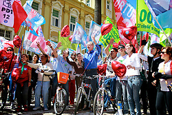 O candidato à reeleição pelo PDT em Porto Alegre, José Fortunati, acompanhado do seu vice, Sebastião Melo e da militância durante passeio ciclístico no Dia Mundial Sem Carro. FOTO: Jefferson Bernardes/Preview.com