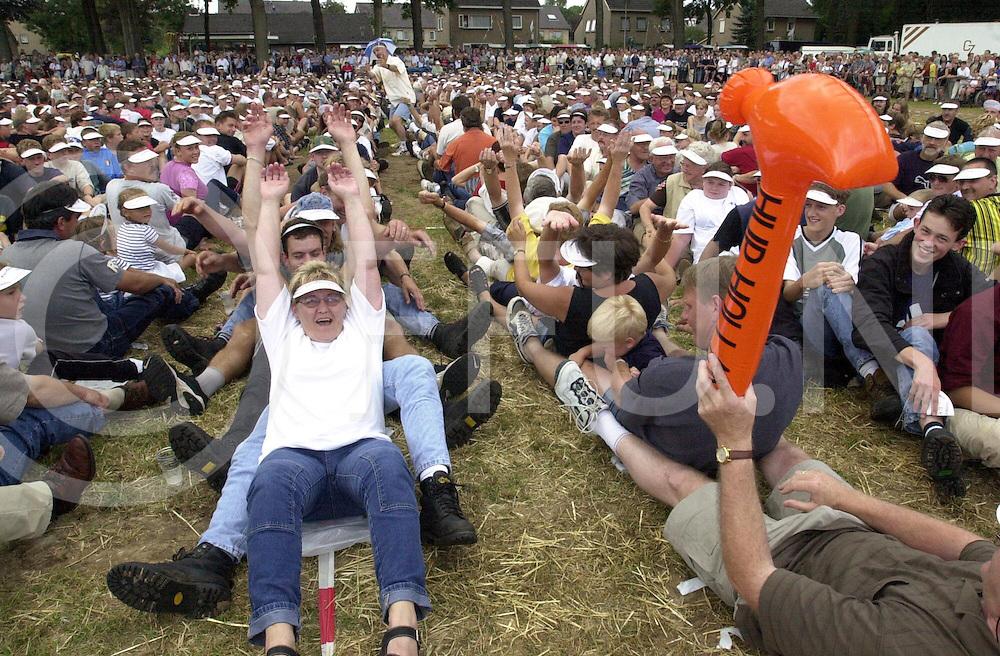 fotografie frank uijlenbroek©2000 michiel van de velde.000820 luttenberg ned.3fuk0820.jpg.poging voor wereldrecord menselijk domino wat helaas mislukt is ze kwamen niet verder dan rond de 2600 mensen.