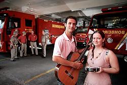 Daniéli Busanello e Diego Pasini com integrantes do corpo de bombeiros de Santa Maria que trabalharam como voluntários na tragédia onde morreram mais de 230 pessoas no incêndio da Boate Kiss. FOTO: Jefferson Bernardes/Preview.com