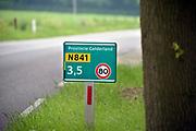 Nederland, Groesbeek, 6-6-2019een bordje met het getal 80 om aan te geven dat dit de maximum snelheid is op deze provinciale weg. Door veel hoogteverschil en bochten is de weg gevaarlijk en gaan stemmen op de toegestane snelheid te verminderen, verlagen .Foto: Flip Franssen