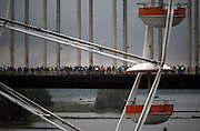 Nederland, Nijmegen, 17-7-2012Start van de 96e 4 daagse  Af en toe valt er regen . Deze dag gaat via de waalbrug naar de Betuwe en wordt wel de dag van Elst genoemd. De vierdaagse is het grootste wandelevenement ter wereld.Foto: Flip Franssen/Hollandse Hoogte