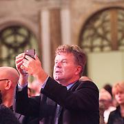 NLD/Amsterdam/20151202 - Koninklijke Familie bij uitreiking Prins Claus Prijs 2015, Borid Dittrich maakt foto's met zijn telefoon