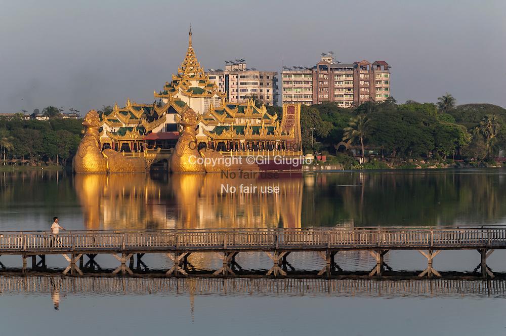Myanma, Yangon, restaurant Karweir sur ancienne barge royale du lac Dawgyi // Myanmar, Yangon, Dawgyi lake, Karweir on old royal golden boat