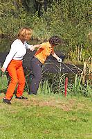 AMSTERDAM - Hengelen, vissen, naar de bal. Beoefening van de golfsport. FOTO KOEN SUYK