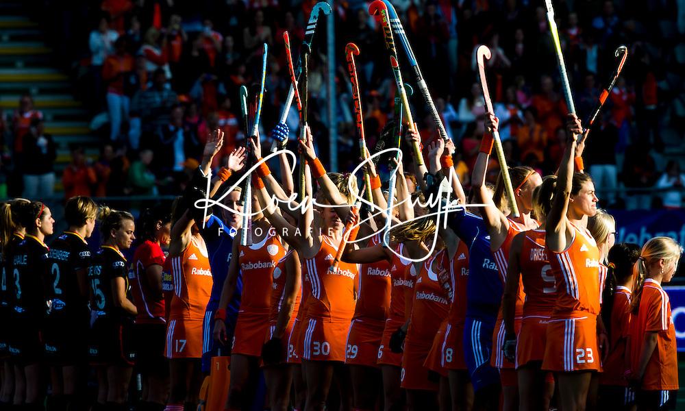 DEN HAAG - Oranje voor de wedstrijd tussen de vrouwen van Nederland en Belgie voor de World Cup hockey 2014. ANP KOEN SUYK