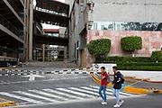 Jóvenes caminan cerca del estacionamiento de Galerías Coapa, uno de los más antiguos centros comerciales de la Ciudad de México, el 12 de octubre de 2017. En el lugar, dos personas murieron durante el sismo, aunque no fueron inicialmente reportados oficialmente. //  Teenagers walk near the parking entry of Galerias Coapa, one of the oldest malls in Mexico City on October 12th, 2017. In the mall, 2 people died during the earthquake, thought they were not officially reported in the first days. (Prometeo Lucero)
