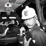 NLD/Huizen/19910823 - Explosie en brand Impala Huizen, 1 zwaargewonde en gewonde katjes worden verzorgd met zuurstof door de brandweer