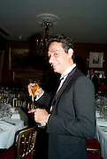 JAMIE HINCE, Dinner hosted by Elizabeth Saltzman for Mario Testino and Kate Moss. Mark's Club. London. 5 June 2010. -DO NOT ARCHIVE-© Copyright Photograph by Dafydd Jones. 248 Clapham Rd. London SW9 0PZ. Tel 0207 820 0771. www.dafjones.com.