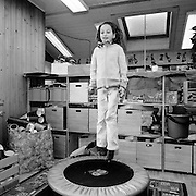 Trampolinspringen im Kindergarten Jaun; saut au trampolin, jardin d'enfants, Bellegardw. Hiver / Winter 2004. ® Romano P. Riedo