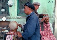 Chine, Province du Sinkiang (Xinjiang), Kashgar (Kashi), Bazar de la vieille ville, Population Ouigour, coiffeur des rues// China, Sinkiang Province (Xinjiang), Kashgar (Kashi), Old city bazar, Ouigour population, street hairdresser