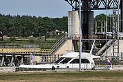 Nederland, Sambeek, 28-5-2020 De sluis en stuw waar schepen worden geschut. Het regelen van het waterpeil in de Maas dmv de stuwen . Het peil in de rivier wordt vanwege het langdurige droge weer 10 centimeter hoger gehouden als normaal. Hiermee probeert rijkswaterstaat de gevolgen van de droogte voor het grondwater, grondwaterpeil in het stroomgebied wat op te compenseren . De Maas is vanaf Zuid Limburg tot een gekanaliseerde rivier waarvan het waterpeil geregeld wordt via sluizen en stuwen tot aan Lith.. Foto: Flip Franssen