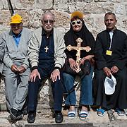 Jérusalem, israël, le vendredi 22 avril 2011 - Des pélerins chrétiens se reposent sur le parvis de l'église du Saint Sépulcre après avoir participé à une procession du chemin de croix.