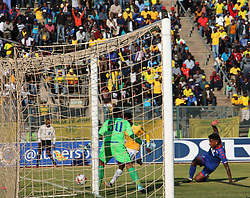 Percy Tau of Mamelodi Sundowns, taking a chance with the goalkeeper of Supersport United Ronwen Williams.