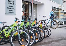 THEMENBILD - Mitarbeiter eines Fahrradgeschäftes öffnet den Shop während der Coronavirus Pandemie. Ab heute sperren zahlreiche Handelsgeschäfte nach dem einmonatigen Shutdown wieder auf. Zell am See Kaprun am Dienstag 14. April 2020. // Employee of a bicycle shop opens the shop during the World Wide Coronavirus Pandemic. Starting today, many shops will re open after the one-month shutdown in Kaprun, Austria on 2020/04/14. EXPA Pictures © 2020, PhotoCredit: EXPA/ JFK