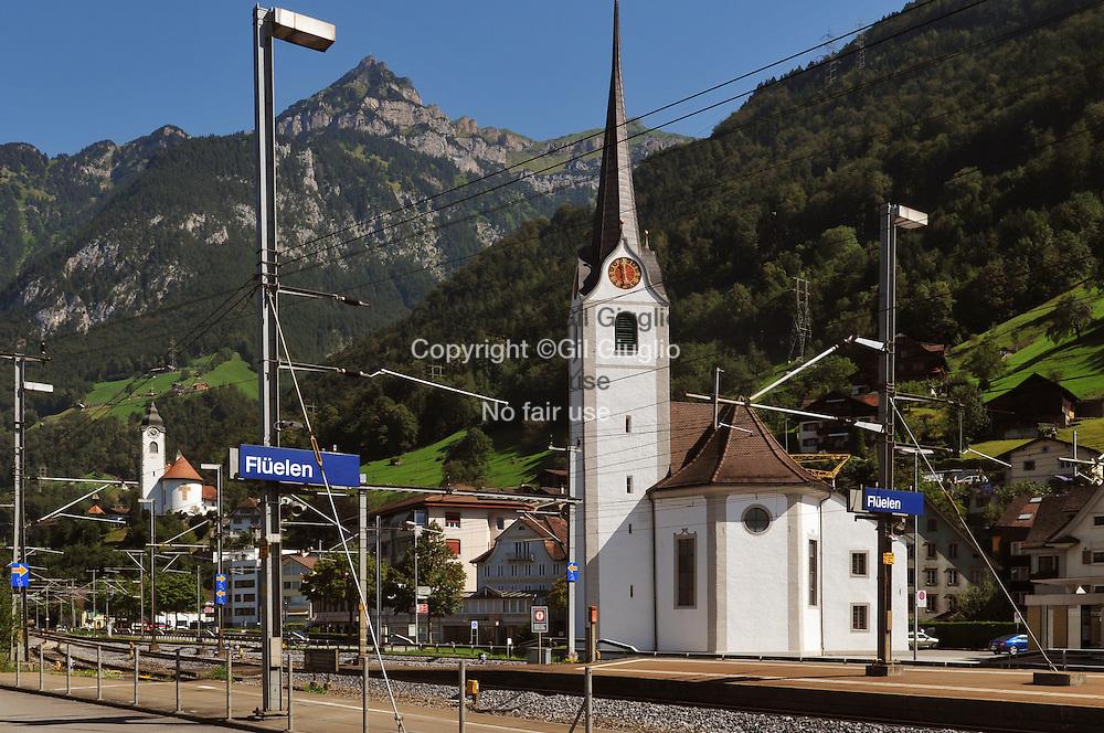 Suisse, canton d'Uri, dans le train Golden Panoramic Pass en sortant du tunnel du Gothard pour arrvier à Fluelen  // Switzerland, Uri canton, in Golden Panoramic Pass train befor Fluelen after Gothard pass
