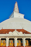 Sri Lanka, province du Centre-Nord, site d'Anuradhapura classé Patrimoine Mondial de l'UNESCO, capitale du Sri Lanka au IIIe siècle avant JC, Dagoba  de Ruvanvelisaya, statue de Bouddha // Sri Lanka, Ceylon, North Central Province, Anuradhapura, historic capital of Sri Lanka, UNESCO World Heritage Site, Ruvanvelisaya dagoba, Buddha statue