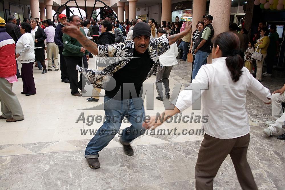 Toluca, México.- Los bailes semanales en la Concha Acústica se ha convertido ya en una tradición de Toluca, en la que muchas personas, en su mayoría de la tercera edad, se reúnen para bailar danzón, chachachá y algunas otras piezas tropicales. Agencia MVT / Arturo Hernández S.