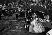 Una quinceañera y su chambelan se preparan para la fiesta de quinceañera que tendran dentro del campamento de migrantes. Grupos de voluntarios apoyan a las jovenes que cumpliran quinceaños haciendoles una fiesta con musica, comida, pastel y vestido. Matamoros, Tamaulipas. Fotografo César Rodríguez