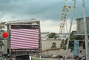 Duitsland, Hannover expo 2000, mei 2000.Internetprojectie aan de 'Digit' van Deutsche Telekom op het plein voor het congrescentrum. Kabelbaan.Foto: Flip Franssen/Hollandse Hoogte