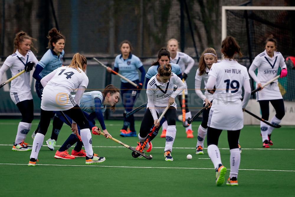 LAREN -  Hockey Hoofdklasse Dames: Laren v Pinoké, seizoen 2020-2021. Foto: Sophie Schelfhout (Laren) stuit op verdediging Pinoké