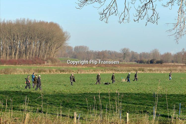 Nederland, Ubbergen, 9-12-2015Een groepje jagers en drijvers lopen op een weiland, op zoek naar klein wild.FOTO: FLIP FRANSSEN/ HH
