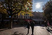 Nederland, Utrecht, 21-10-2018<br /> In de binnenstad van Utrecht genieten mensen op de Neude van het mooie herfstweer.<br /> <br /> In Utrecht people enjoy the nice weather in autumn at the Neude.<br /> Foto: Bas de Meijer / De Beeldunie