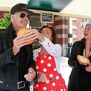 NLD/Amsterdam/20130701 - Keti Koti Ontbijt 2013 op het Leidse Plein, Gerdi Verbeet,  Ad Visser en Adelheid Roosen bij de kraam