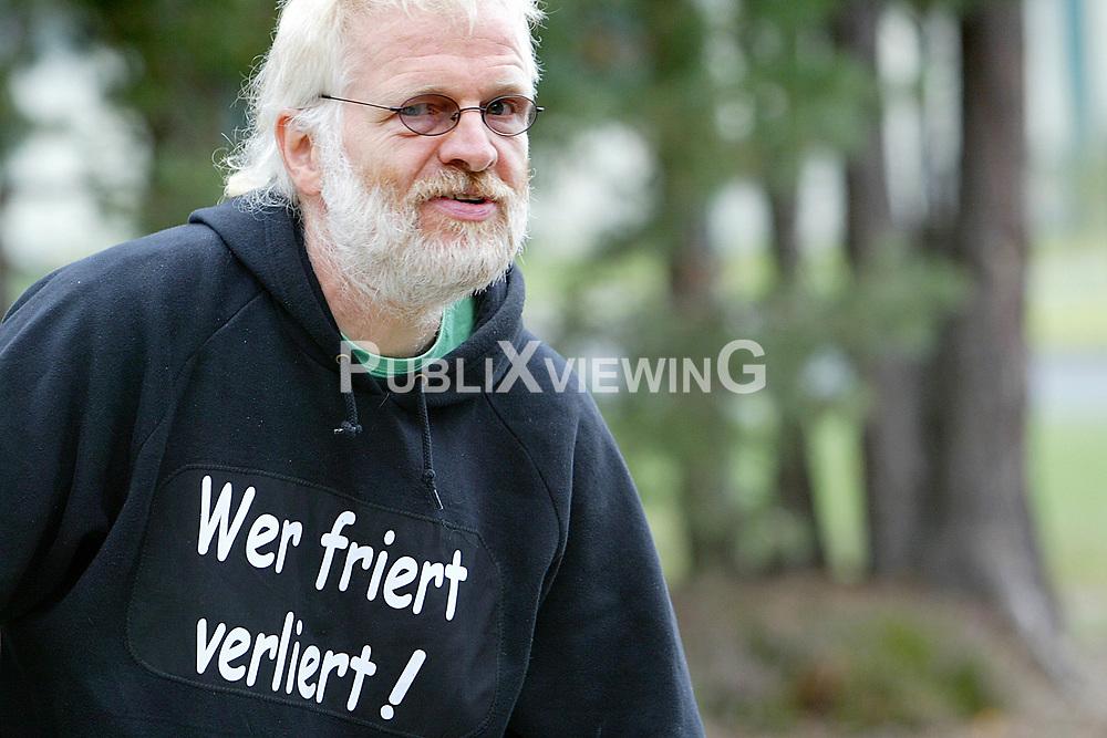 Seit der Bundestagswahl 2009 und dem Regierungswechsel hin zu Schwarz-Gelb demonstrieren Atomkraftgegner im Wendland jeden Sonntag mit einem Spaziergang um das Erkundungsbergwerk in Gorleben. Am 18. September fand der 100. Sonntagsspaziergang statt.<br /> <br /> Ort: Gorleben<br /> Copyright: Karin Behr<br /> Quelle: PubliXviewinG