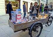 Uliczny sprzedawca zapałek na ulicy Grodzkiej w Krakowie