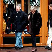Koos Postema met vrouw winkelend in Laren